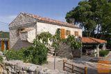 Otok Krk, tri kamene starine na velikoj okućnici! (k651)